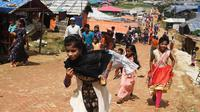 Bocah-bocah Rohingya mengenakan pakain baru selama perayaan Idul Adha di kamp pengungsi Thangkhali, Bangladesh, Rabu (22/8). Hampir setahun mereka menghuni kamp ini usai kabur menghindari represi militer di Negara Bagian Rakhine. (Dibyangshu SARKAR / AFP)