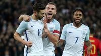 Pemain Inggris, Adam Lallana (kiri), merayakan golnya ke gawang Spanyol bersama Jordan Henderson dan Raheem Sterling dalam laga persahabatan di Stadion Wembley, Selasa (15/11/2016). (Reuters/Eddie Keogh)