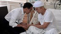 Jokowi saat menjenguk Ustaz Arifin Ilham (dok. Instagram @jokowi/https://www.instagram.com/p/BsZlNwQhSQl/Putu Elmira)