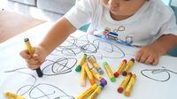 Kamar anak yang dibiarkan menggunakan cat dinding putih akan memberikan kesan monoton dan bikin anak cepat bosan.