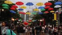 Ornamen payung menghiasi We The Fest 2016 yang digelar di Parkir Timur Senayan, Jakarta, Sabtu (13/8). Tak hanya menampilkan pertunjukan musik, We The Fest juga menyuguhkan tempat-tempat belanja dan workshop seni. (Liputan6.com/Herman Zakharia)