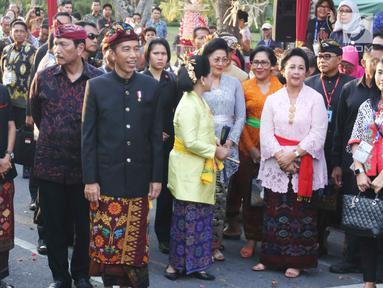 Presiden Joko Widodo dan Ibu Negara Iriana tiba menghadiri Karnaval Budaya Bali di kawasan Nusa Dua, Bali, Jumat (12/10). Karnaval tersebut untuk mengenalkan kepada delegasi  IMF - WB Group 2018 tentang budaya Bali. (Liputan6.com/Angga Yuniar)