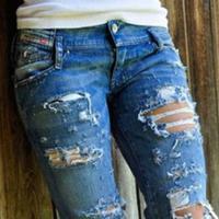 Kalau kamu nggak mau bernasib sama seperti perempuan-perempuan ini, maka sebaiknya jangan menggunakan ripped jeans saat cuaca sedang panas. (Ilustrasi: CBC Barbados)