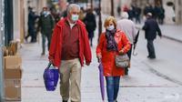 Orang-orang yang memakai masker wajah berjalan di Burgos, Spanyol utara, pada 21 Oktober 2020. (Foto: AFP / Cesar Manso)