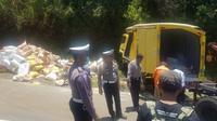 Kecelakaan tunggal terjadi di tanjakan Emen, Subang yang melibatkan sebuah kendaraan truk boks pada Selasa (10/9/2019). (Dok. Polres Subang)