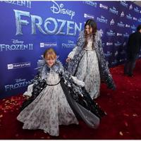 Selena Gomez dan adiknya Gracie Teefey twinning di Premiere Film Frozen 2 (Foto: Instagram @selenagomez)