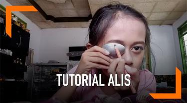Baru-baru ini sedang viral sebuah video tutorial alis yang dilakukan oleh seorang anak perempuan. Yang membuat video ini mencuri perhatian warganet ialah caranya mengaplikasikan alis dengan unik, yakni menggunakan sendok.