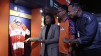 COO Madura United, Annisa Zhafarina, bersama perwakilan Shopee dan EMTEK melihat jersey usai konferensi pers launching official merchandise 5 klub di Holywings, Jakarta, Selasa (23/7). Shoppe hadirkan official merchandise dari 5 klub Liga 1.