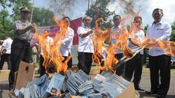 Petugas Kementerian Dalam Negeri (Kemendagri) membakar E-KTP rusak di Gudang Kemendagri di Bogor, Jabar, Rabu (19/12). Pemusnahan ini untuk meyakinkan masyarakat bahwa pemerintah berkomitmen menjamin keamanan data kependudukan. (Merdeka.com/Arie Basuki)
