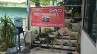 Sebuah spanduk bertuliskan posko PPKM Mikro di depan sebuah balai RW di Kota Malang. Setiap posko mulai tingkat RT sampai kecamatan mendapat dukungan dana operasional (MCW)