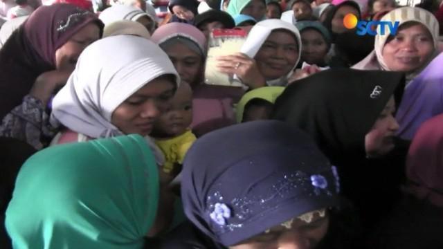 Pembagian sembako murah di Klaten ricuh. Balita dan lansia yang terjepit di kerumunan, segera dievakuasi oleh petugas.