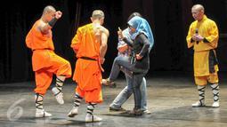 Biksu Shaolin mengajak wartawan untuk mengikuti beberapa gerakan bela diri Shaolin di Ciputra Artpreneur Theater, Jakarta, Kamis (18/2/2016).Pertunjukkan akan diadakan mulai dari tanggal 19-21 Februari 2016. (Liputan6.com/Yoppy Renato)