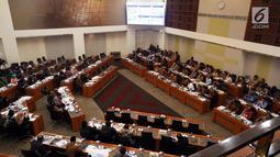 Suasana rapat kerja antara Menteri Keuangan Sri Mulyani, Menkumham Yasonna Laoly, Menteri PPN/Kepala Bappenas Bambang Brodjonegoro, dan Gubernur Bank Indonesia (BI) Perry Warjiyo dengan Banggar DPR, Jakarta, Selasa (4/9). (Liputan6.com/JohanTallo)