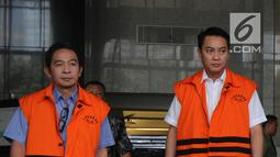 Anggota Komisi I DPR dari Fraksi Golkar, Fayakhun Andriadi dan Anggota DPRD Kota Malang Suprapto (kiri) usai diperiksa KPK, Jakarta (13/4). Suprapto diperiksa terkait kasus suap pembahasan APBD-P Kota Malang tahun 2015. (Merdeka.com/Dwi Narwoko)