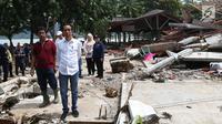 Presiden Joko Widodo atau Jokowi meninjau lokasi terdampak tsunami Selat Sunda di Carita, Banten, Senin (24/12). Menurut BNPB, korban tewas akibat tsunami Banten dan Lampung telah mencapai 281 orang. (Liputan6.com/Angga Yuniar)