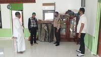Foto: Polisi saat melakukan olah TKP di Mushola (Liputan6.com/Ola Keda)