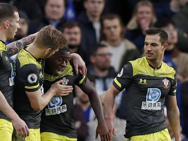 Para pemain Southampton merayakan gol yang dicetak oleh Michael Obafemi ke gawang Chelsea pada laga Premier League 2019 di Stadion Stamford Bridge, Kamis (26/12). Chelsea menyerah 0-2 dari Southampton. (AFP/Adrian Dennis)