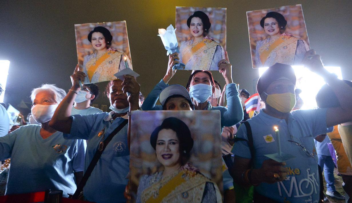 Orang-orang ambil bagian dalam sebuah acara untuk merayakan ulang tahun ke-88 Ibu Suri Thailand, Ratu Sirikit, di dekat Grand Palace di Bangkok, Thailand, pada 12 Agustus 2020. (Xinhua/Rachen Sageamsak)