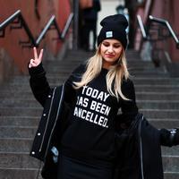 Outfit serba hitam. (via: haiineola.com)