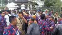 Perangkat desa Cirebon selfie setelah gagal aksi (Liputan6.com/Arie Nugraha)