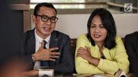 Artis Elly Sugigi beserta kuasa hukumnya, Arifin Harahap memberi klarifikasi atas kasusnya dengan Tessa Mariska di Jakarta, Selasa (28/8). Menurut kuasa hukumnya, Elly sudah membayar utangnya kepada Tessa. (Liputan.com/Faizal Fanani)