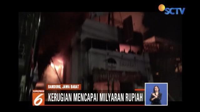 Kebakaran tiga ruko di Cimahi, Jawa Barat, membuat 21 kendaran ikut ludes dilalap api.