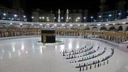 Sejumlah jemaah melaksanakan salat di depan Kakbah di Masjidil Haram, Makkah, Arab Saudi (23/6/2020). Pelaksanaan ibadah haji nantinya hanya akan diikuti oleh jemaah yang sudah berada di dalam negara tersebut. (AFP Photo/STR)