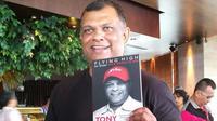 Menjadi miliarder tak lantas membuat bos AirAsia Tony Fernandes selalu berpenampilan perlente. (Sunariyah/Liputan6.com)