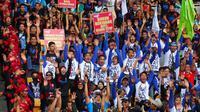 Ribuan buruh dari berbagai organisasi perburuhan itu tampak semangat meneriakkan semangat sekaligus mengajukan beberapa tuntutan (Liputan6.com/Miftahul Hayat)