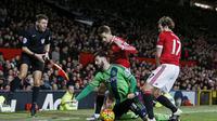 Adnan Januzaj (belakang) tampil buruk ketika Manchester United menghadapi Southampton di Old Trafford, Sabtu (23/1/2016) malam WIB. (Reuters/Carl Recine)