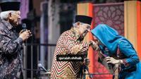 Najwa Shihab mencium tangan ayahnya, Quraish Shihab. (Instagram Najwa Shihab)