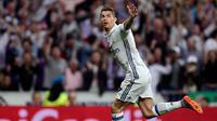 Cristiano Ronaldo (CR7) mencetak tiga gol kemenangan Real Madrid atas Atletico Madrid pada leg pertama semifinal Liga Champions, di Santiago Bernabeu, Selasa (2/5). Hasil ini membuat peluang Madrid lolos ke final terbuka lebar. (AFP Photo)