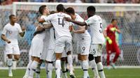 Para pemain Prancis merayakan gol yang dicetak Antoine Griezmann ke gawang Uruguay pada laga perempat final Piala Dunia di Stadion Nizhny Novgorod, Nizhny Novgorod, Jumat (6/7/2018). Prancis menang 2-0 atas Uruguay. (AP/Ricardo Mazalan)