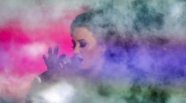 Penampilan penyanyi Demi Lovato saat membawakan lagu dalam perayaan malam tahun baru 2016 di Times Square,Manhattan borough New York, USA (31/12/2015). (REUTERS/Carlo Allegri)