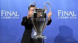 Selama berlangsungnya pengundian laga semifinal Liga Champions 2014, Si Kuping   Besar, julukan tropi Liga Champions, diletakkan di markas UEFA pada Jumat 11 April   2014.(AFP PHOTO/FABRICE COFFRINI)