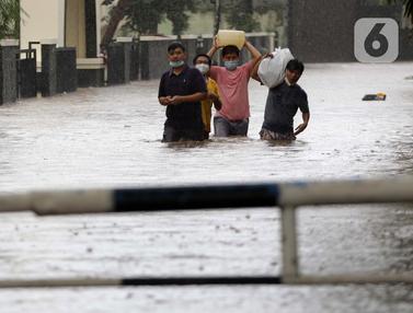 FOTO: Banjir Genangi Jalan Wolter Monginsidi Jakarta