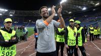 Pelatih Liverpool Jurgen Klopp bertepuk tangan merayakan dengan suporter usai pertandingan semifinal Liga Champions di Stadion Olimpiade, Roma (2/5). Liverpool melaju ke final usai menang agregat 7-6 atas Roma. (AP Photo/Alessandra Tarantino)