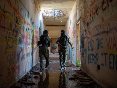 Para tentara Israel terlihat di Dataran Tinggi Golan yang diduduki Israel pada 18 November 2020. Militer Israel mengatakan pada Rabu (18/11) bahwa pihaknya melancarkan sejumlah serangan udara terhadap tentara Suriah dan pasukan Iran di Suriah.(Xinhua/JINI/Gil Eliyahu)