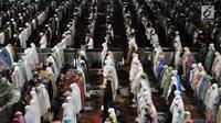 Pemandangan saat jemaah menunaikan salat tarawih malam pertama Ramadan 1439 H di Masjid Istiqlal, Jakarta, Rabu (16/5). Tarawih malam pertama Ramadan 1439 H di Masjid Istiqlal dihadiri oleh ribuan jemaah. (Merdeka.com/Iqbal Nugroho)