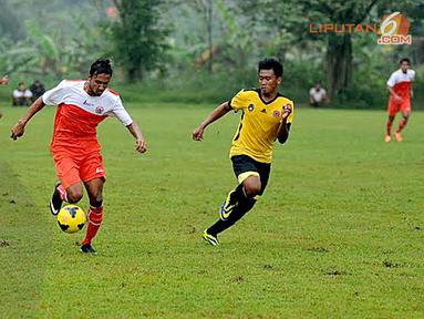 Pergerakan pemain asing Persija (Rohit Chand) terus mendapat kawalan ketat pemain Urakan FC (Liputan6.com/Helmi Fithriansyah).