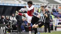 Pemain Arsenal, Willian, menendang bola saat melawan Newcastle United pada laga Liga Inggris di Stadion St James' Park, Minggu (2/5/2021). Arsenal menang dengan skor 2-0. (Molly Darlington/Pool via AP)