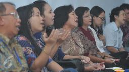 Sejumlah warga berdoa di Gereja Bethel Indonesia Kalijodo, Jakarta, Minggu (28/2/2016). Pemprov DKI Jakarta memberi kesempatan kepada warga Kristiani untuk beribadah sebelum penggusuran yang jatuh pada 29 Februari. (Liputan6.com/Gempur M Surya)