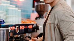 Sering kali Nino ikut turun tangan untuk meracik kopi. (Liputan6.com/IG/ninojkt)
