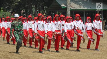 Sejumlah calon anggota Pasukan Pengibar Bendera (Paskibra) Nasional 2019 mengikuti latihan baris berbaris di Lapangan PPPON Cibubur, Jakarta, Selasa (30/7/2019). Hari ke-3 diklat, calon Paskibraka berlatihan formasi baris-berbaris, pengibaran dan penurunan bendera. (Liputan6.com/Herman Zakharia)