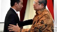 Presiden Joko Widodo bersalaman dengan Presiden RI ke-6 Susilo Bambang Yudhoyono di Istana Merdeka, Jakarta, Jumat (27/10). Pertemuan antara Jokowi dan Ketum Partai Demokrat itu berlangsung pada pukul 14.09 WIB. (Laily Rachev / Biro Pers Setpres)