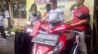 Pelaku bisa mencuri motor lengkap dengan suratnya di sebuah rumah di Kota Malang, Jawa Timur (Liputan6.com/Zainul Arifin)