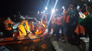 Ratusan relawan dari berbagai kEsatuan saat mengevakuasi korban perahu tenggelam di Waduk Kedungombo, Boyolali. (Foto: Liputan6.com/Felek Wahyu)