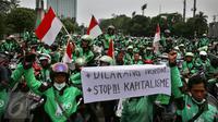 Massa driver Gojek membawa spanduk dan bendera merah putih saat berkumpul di jalan Asia Afrika, Jakarta,  Senin (3/10). Mereka akan berkonvoi menuju kantor Gojek di kawasan Kemang, Jakarta Selatan, untuk menyampaikan aspirasi. (Liputan6.com/Johan Tallo)
