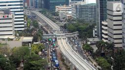 Proyek pembangunan Light Rail Transit (LRT) Jabodebek terlihat di Jalan Kuningan, Jakarta, Jumat (11/10/2019). Pengerjaan jalur angkutan massal tersebut sudah mencapai 65,77 persen, terdiri dari Cawang-Cibubur, Cawang-Dukuh Atas, dan Cawang-Bekasi Timur. (merdeka.com/Dwi Narwoko)