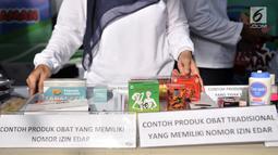 Petugas Badan Pengawasan Obat dan Makanan (BPOM) menunjukkan jenis obat yang memiliki izin edar saat peringatan HUT ke-18 BPOM di Sarinah, MH Thamrin, Jakarta, Minggu (10/2). (Merdeka.com/Iqbal S. Nugroho)